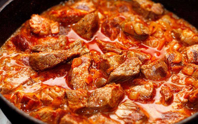 Гуляш из свинины с помидорами рецепт с фото пошагово