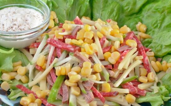Салат кукуруза огурец яйцо колбаса помидор
