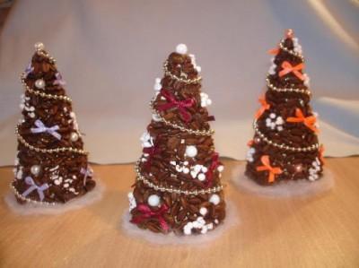 новогодняя елка из кофейных зерен
