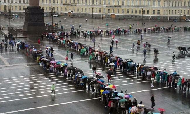 Очередь в Эрмитаж на Дворцовой площади