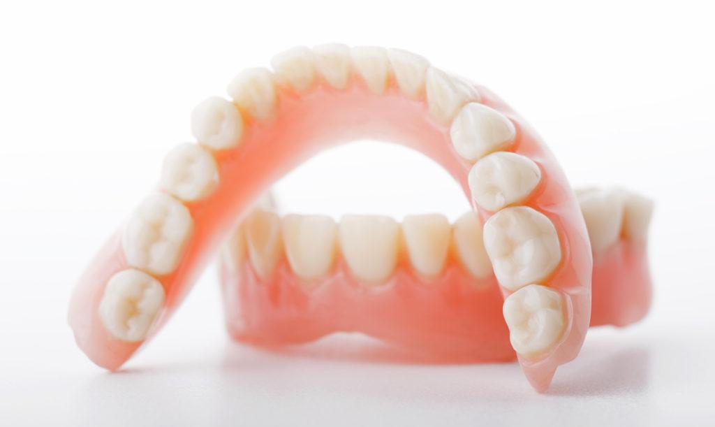 Что лучше протезировать зубы