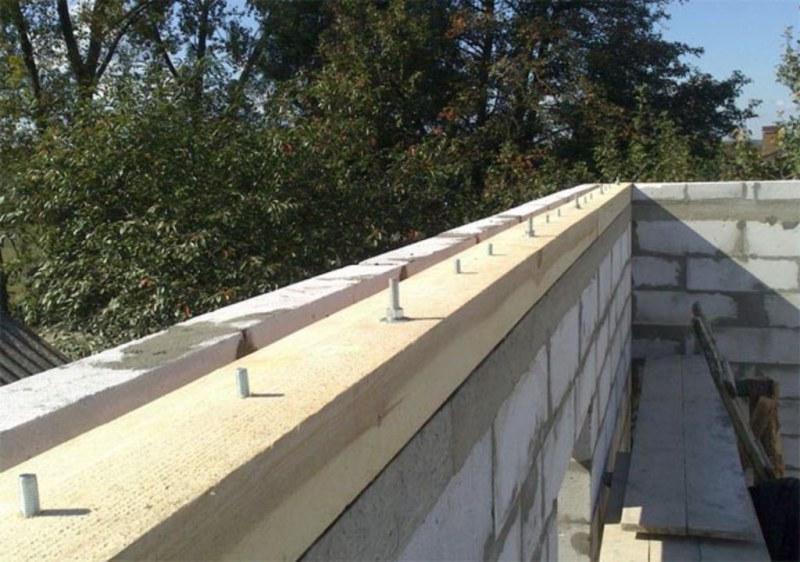 как прикрепить крышу к стенам из блоков