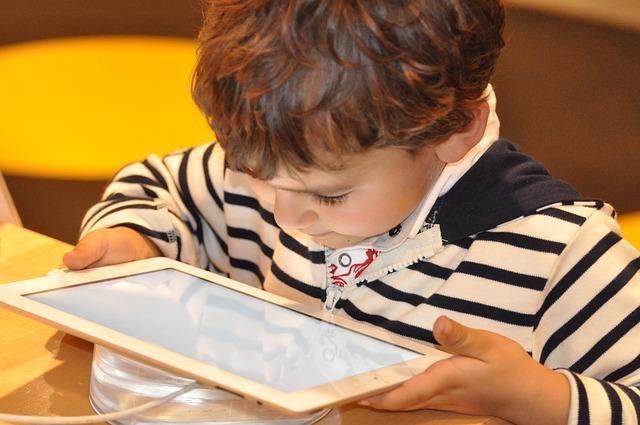 ребенок играет онлайн