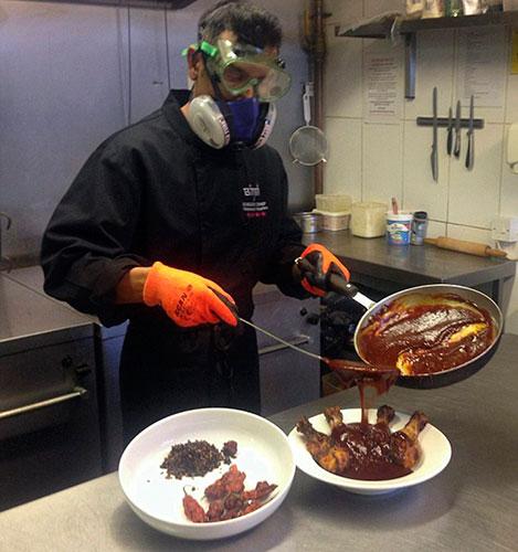 Повар за приготовлением  острого блюда