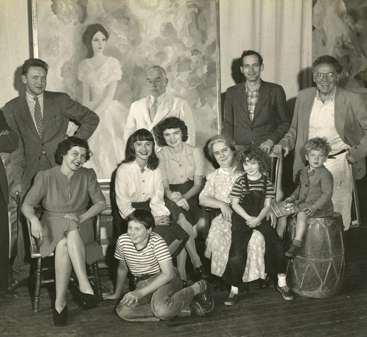 Члены семьи Уайет: Эндрю, Кэролин (сестра), Бетси, Энн Уайет Маккой, Кэролин (мать), Джон Маккой, Северная Каролина и три его внука стоят перед двойным портретом, написанным Генриеттой Уайет. 1942