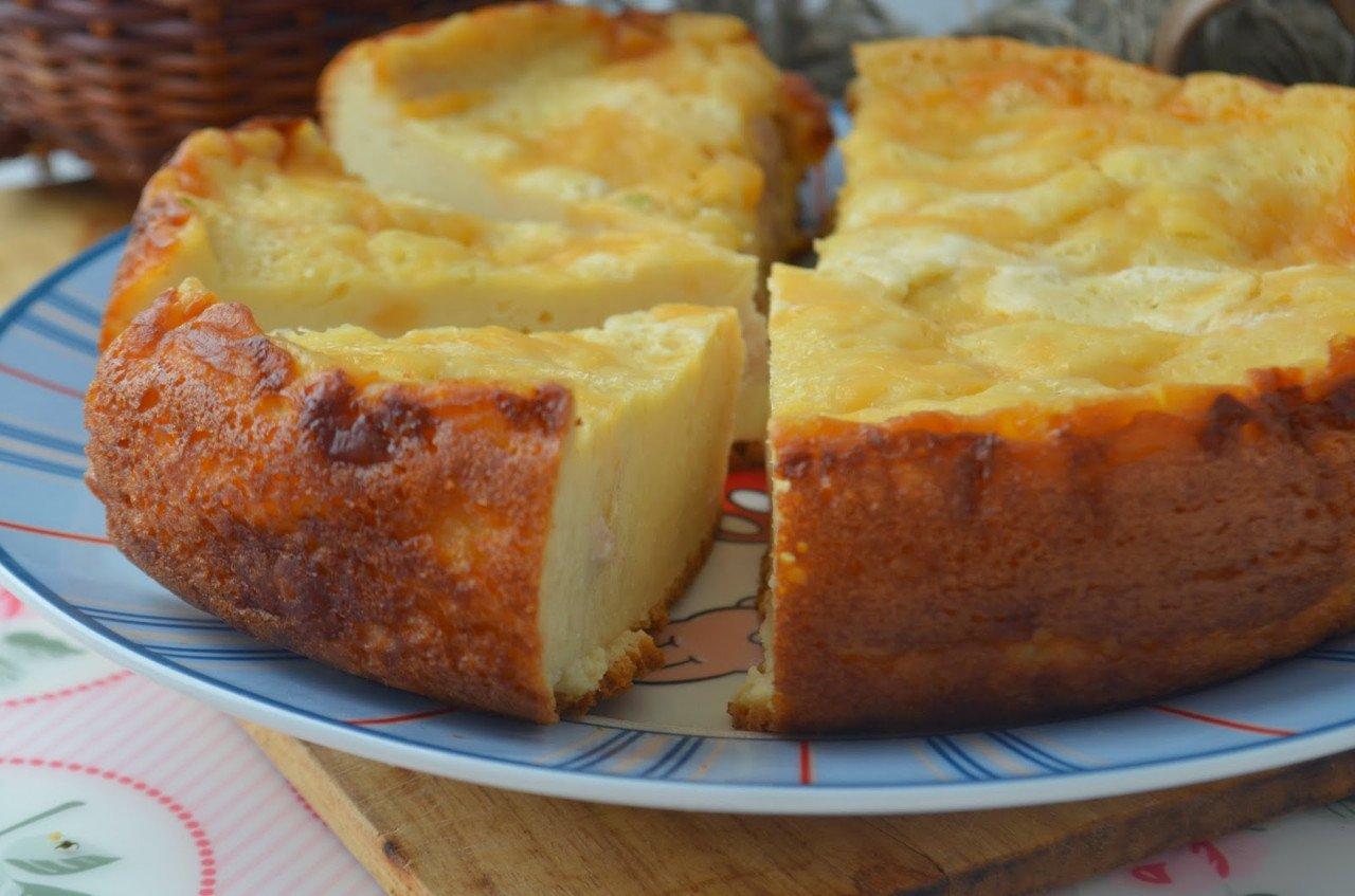 Оценит даже самая придирчивая сластена: воздушный пирог с сочной ягодой под сметанной заливкой.
