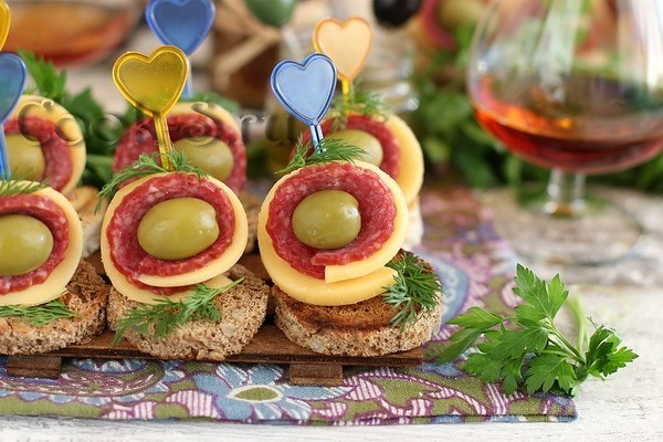 Бутерброды с колбасой на шпажках
