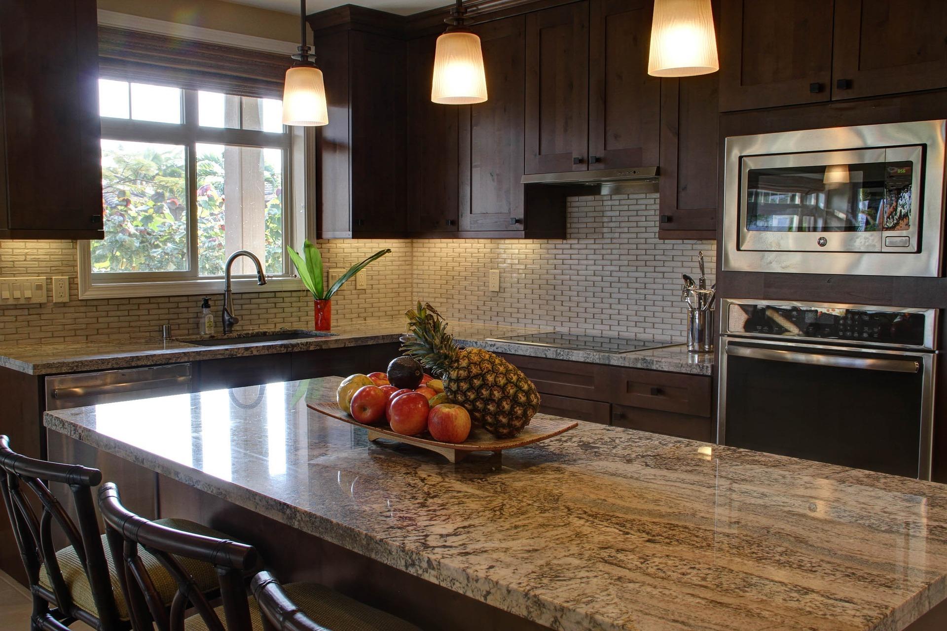 Кухонный фартук из светлого кирпича