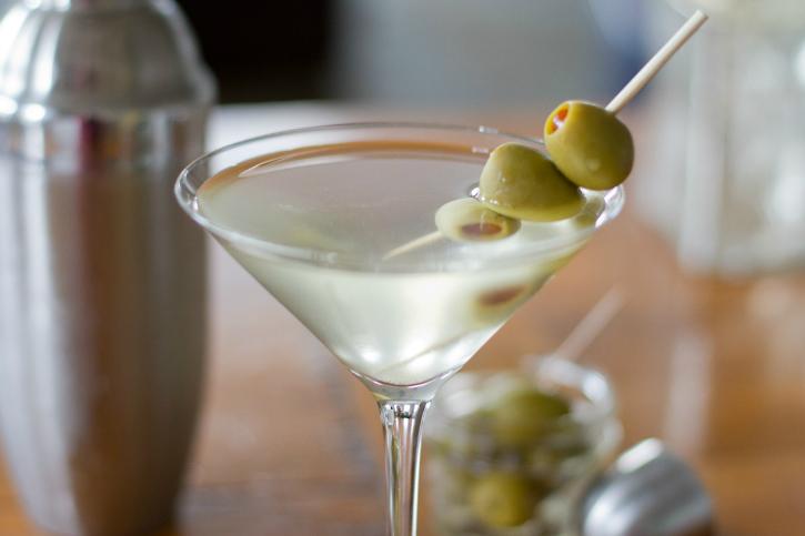 Новогодний коктейль «Грязный мартини»