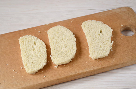 Нарезаем хлеб кусочками