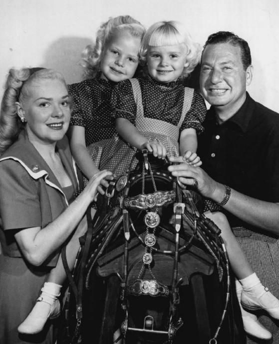 Харрис, Фэй и их две дочери, Алиса и Филлис.