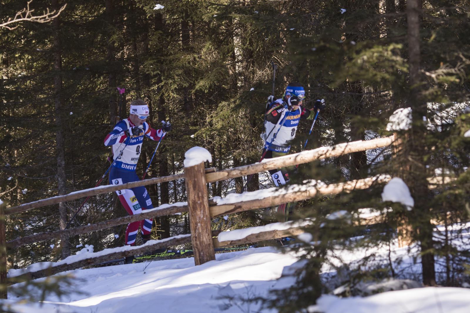 биатлонисты преодолевают подъём в гору