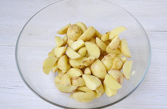 Нарезать каждую картошину на 6-8 ломтиков