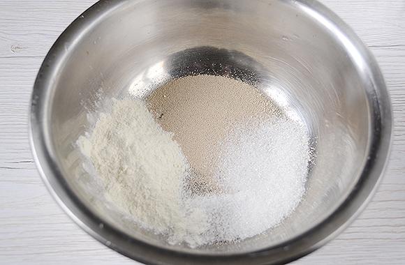 Соединяем муку, соль, сахар и дрожжи
