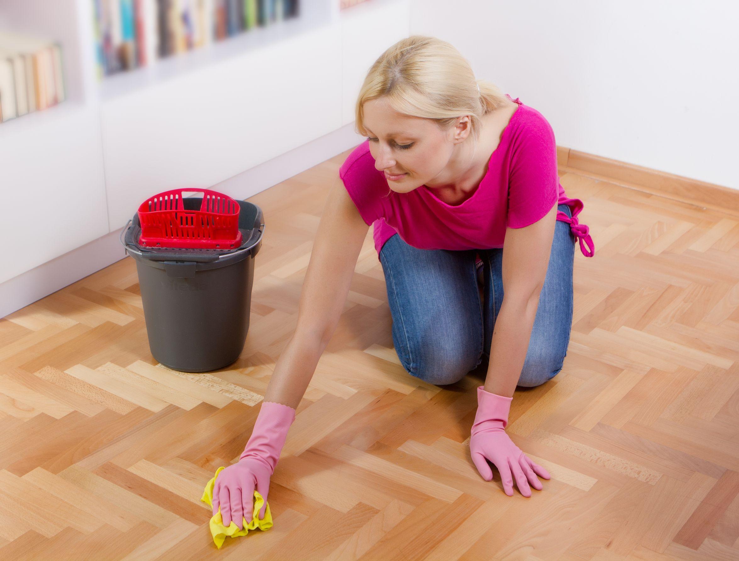 Человек, который во сне вызывается добровольцем для того, чтобы провести уборку на рабочем месте, хочет быть полезен и удобен для всех своих коллег.