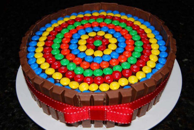 Как украсить торт драже M&M's