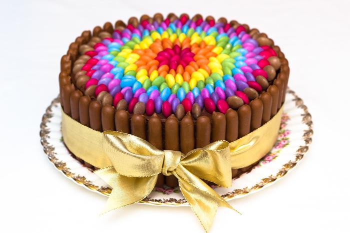 Как украсить торт горошинами драже