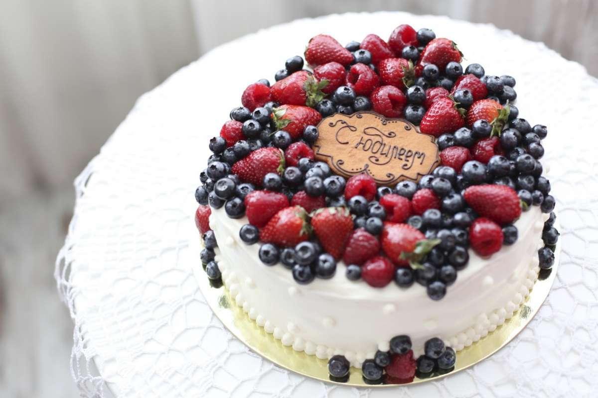 Как украсить торт фруктами и ягодами