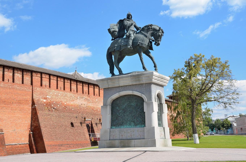 Памятник Дмитрию Донскому у стен Коломенского кремля