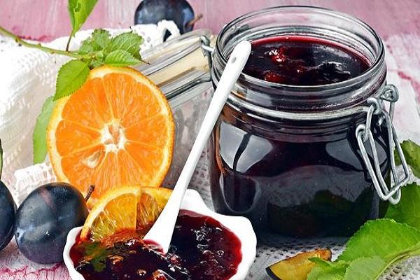 Готовое варенье из слив и апельсинов