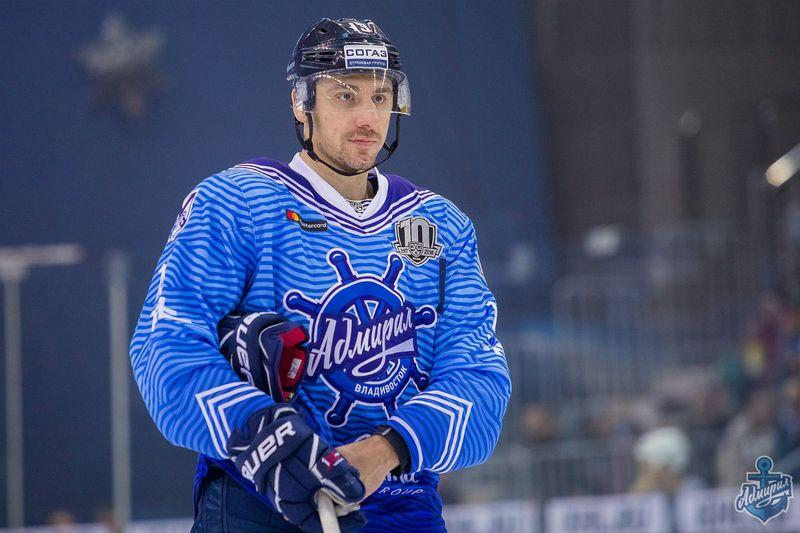 Хоккеист Мнацян на льду