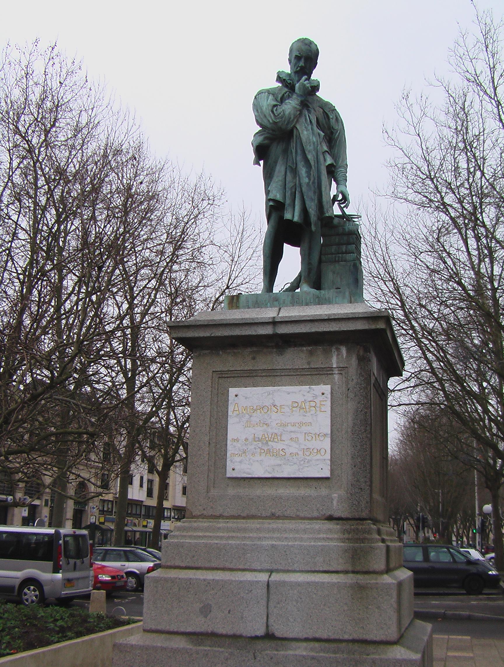Памятник Амбруазу Паре в городе Лаваль во Франции