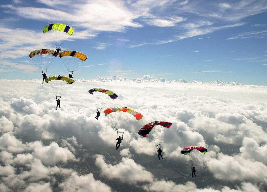 России, картинки с парашютом в небе