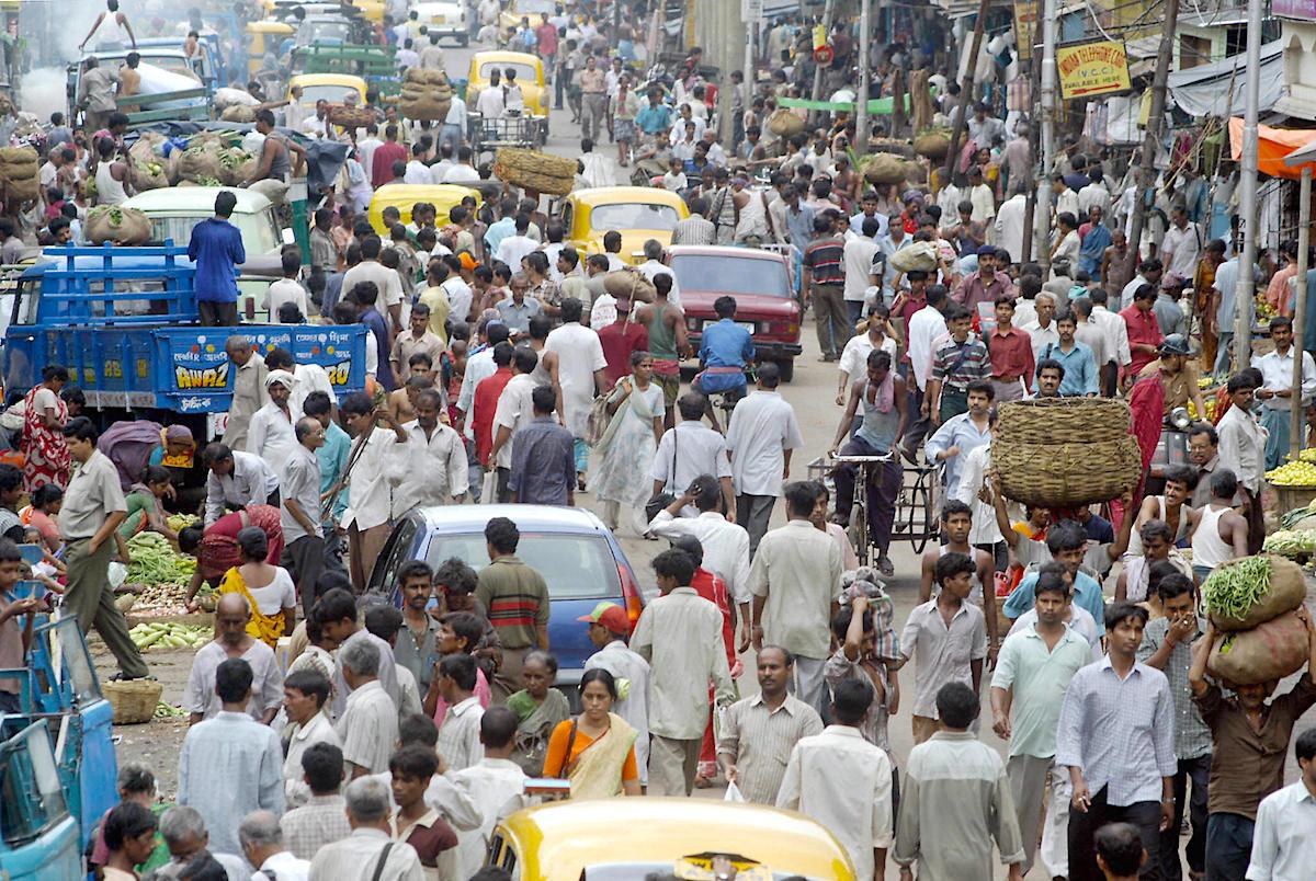 На улицах огромное количество жителей!