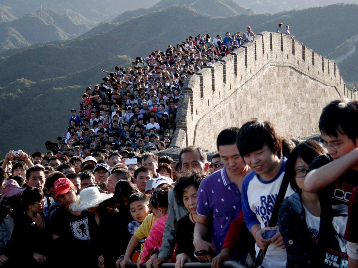 Великая стена не вмещает такое количество людей!