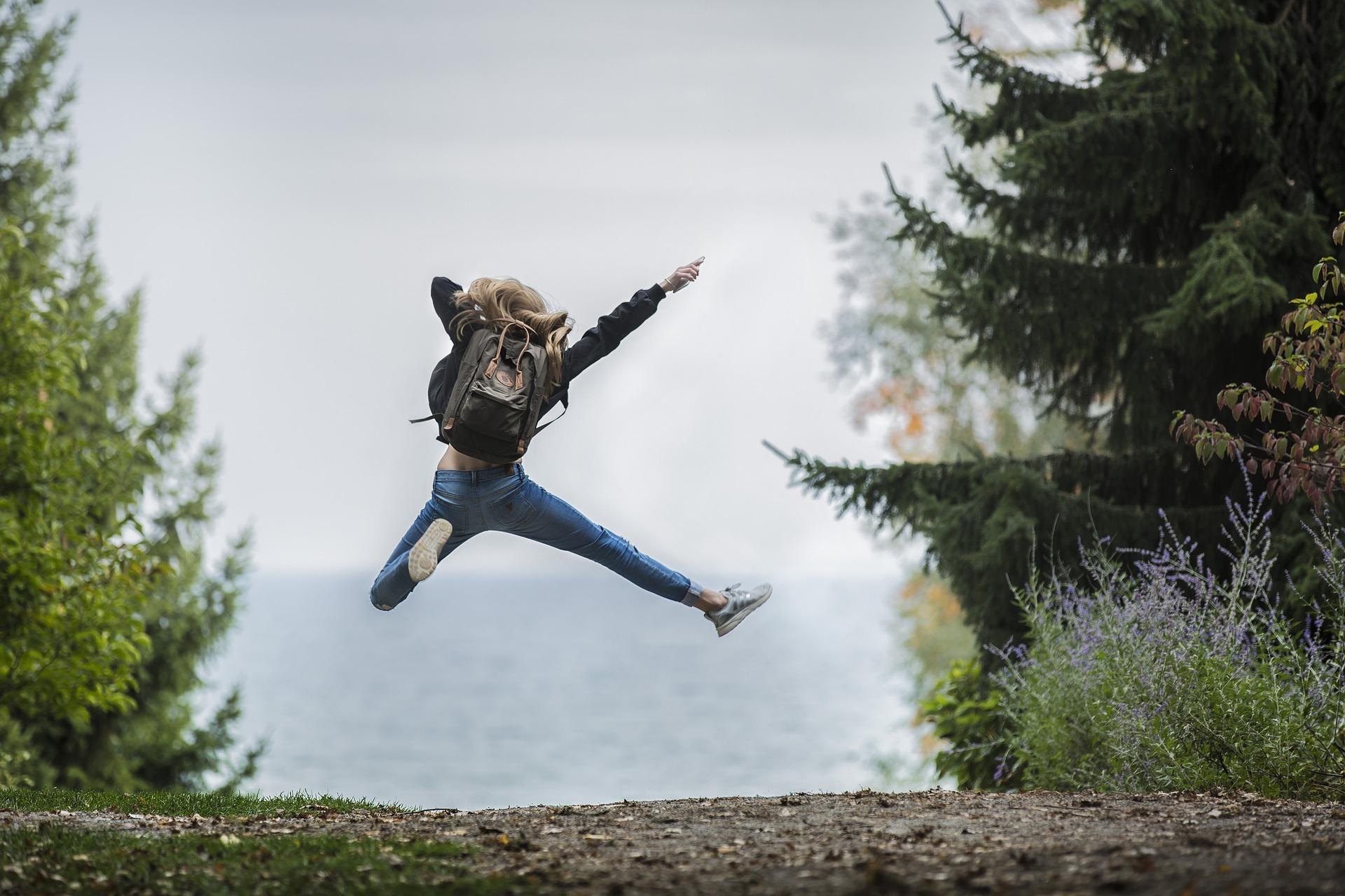 Девочка прыгает по дороге