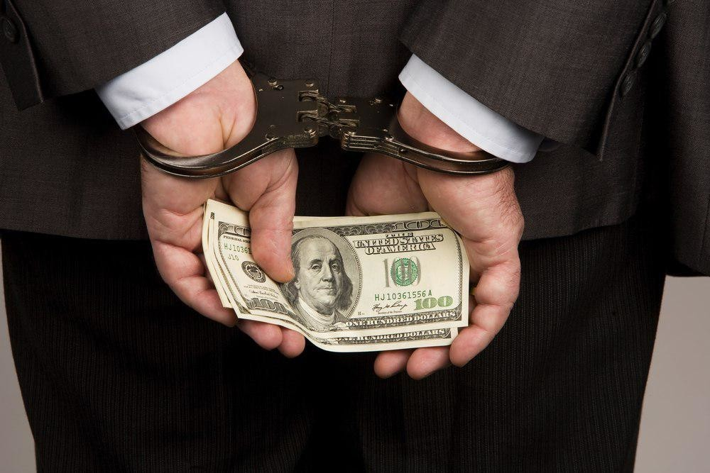 Чиновник - взяточник должен сидеть в тюрьме