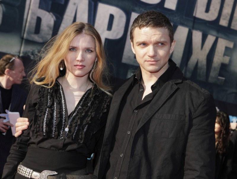 артист владимир епифанцев фото с женой городе ночное время