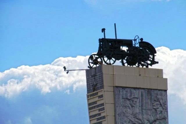Трактор - памятник