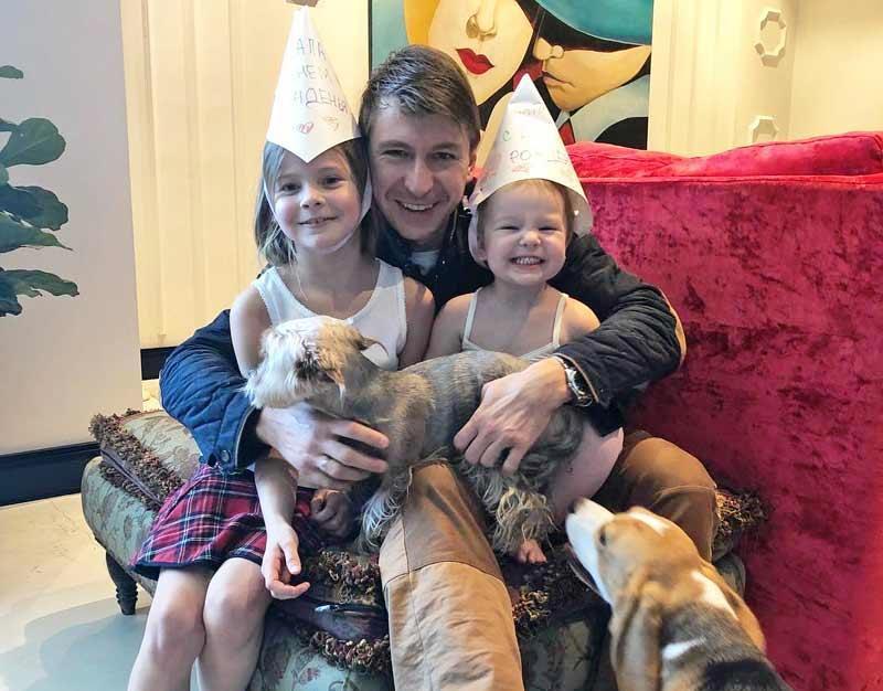 Дочки поздравляют папу с днём рождения
