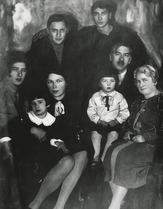 Семья Чуковских в 1927 году. Слева направо: Лидия, Николай, Борис, сидят -  жена Николая Марина с Мурочкой, Корней Иванович с женой Марией Борисовной и с внучкой Татой