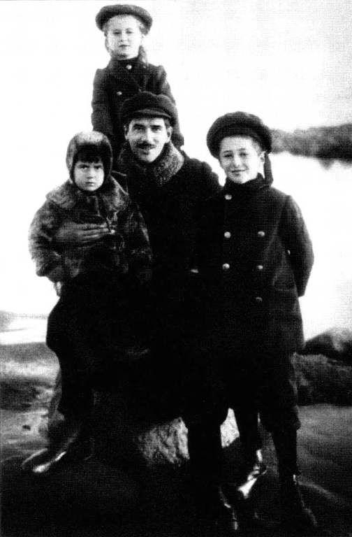 Чуковский с детьми - Борисом, Лидией, Николаем