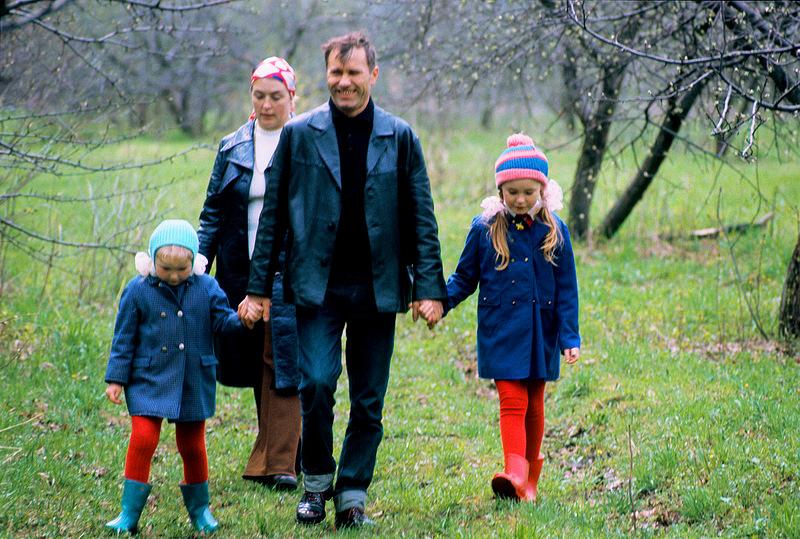 Шукшин с Федосеевой-Шукшиной и дочерьми