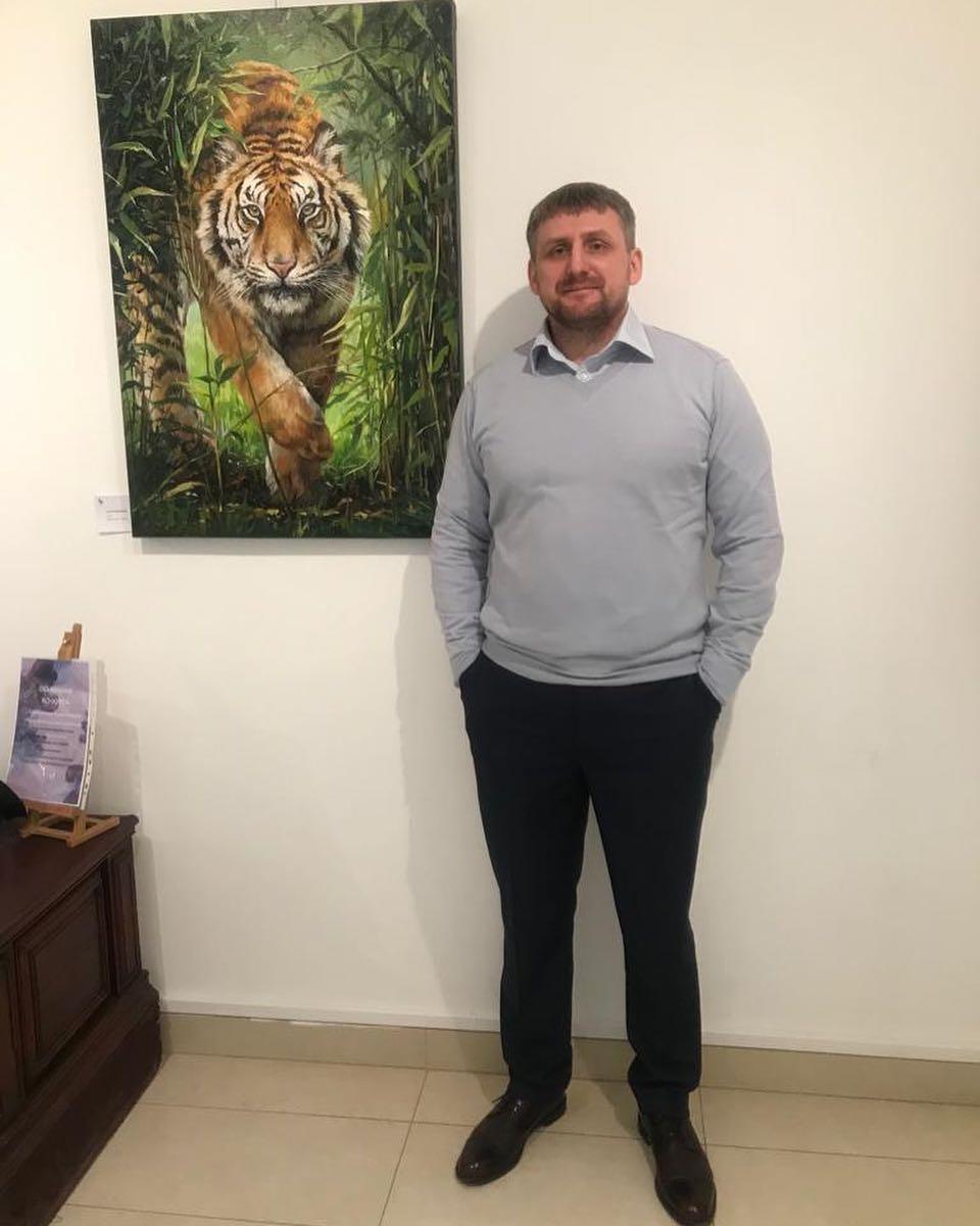 Сергей Ильинский на фоне своей картины