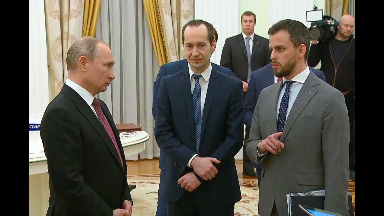 Владимир Путин награждает Илью Сачкова