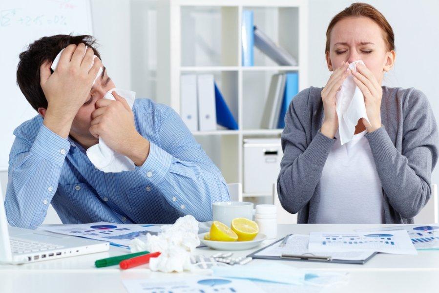 Люди с насморком на работе