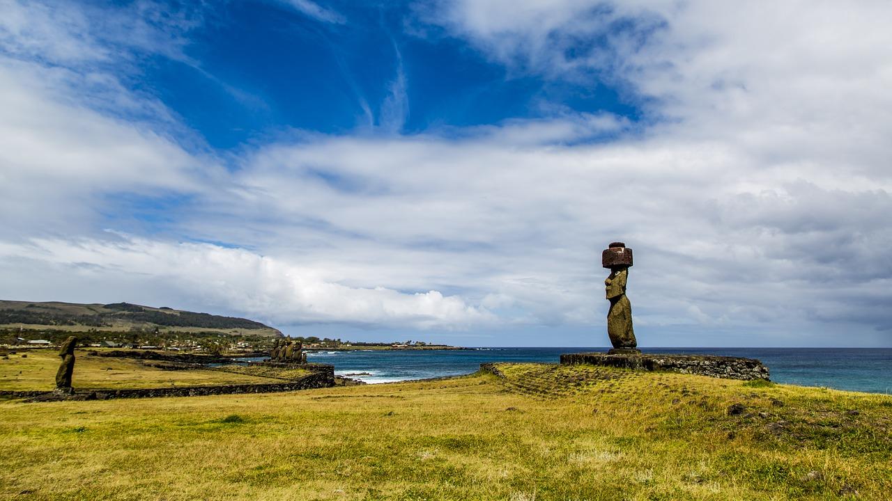 Платформы со статуями моаи на берегу океана