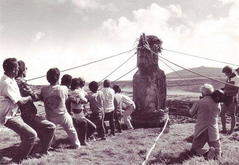 Установка статуи моаи на платформу