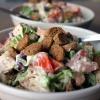 Летний салат с фасолью и сухариками