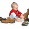 Когда научить ребенка одеваться без помощи родителей