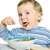 Как научить малыша принимать пищу самостоятельно