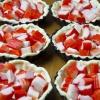 Тарталетки с киви и крабовыми палочками