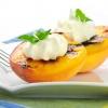Персики, запеченные с мягким сыром