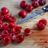Как удалить косточки из вишни, не повредив ягоды