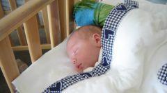 Как приучить новорождённого к кроватке