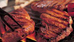 Как зажарить мясо на гриле с винным соусом